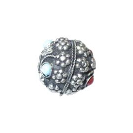 Metalen kraal, ingelegd met blauwe en rode steentjes