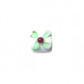 Witte glaskraal met groen en rood