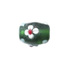 Groene glaskraal bewerkt met witte bloemen en blauwe stippen