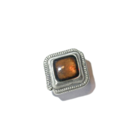 Metalen kraal met een oranje/bruin epoxy laagje
