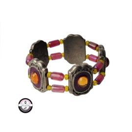 Elastische armband met metaalkleurige kralen en gele en roze glaskralen
