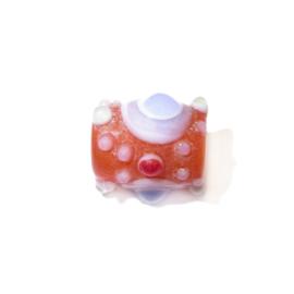 Oranje glaskraal met witte en gekleurde uitsteeksels