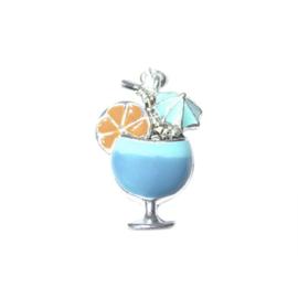 Cocktail bedel van metaal met blauw en een schijfje sinaasappel