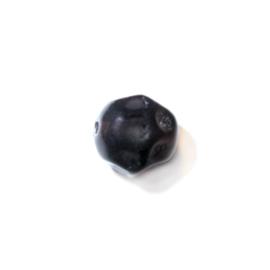 Zwarte, ronde glas kraal met deukjes als een voetbal