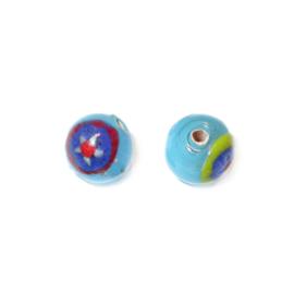 Lichtblauwe, ronde glaskraal met verschillende gekleurde tekeningen