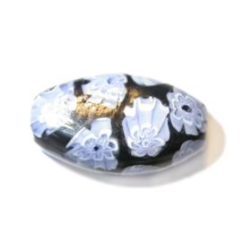Handgemaakte zwarte kraal met blauw en wit bloemmotief