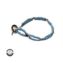 Armband met lichtblauwe glaskralen