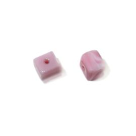 Roze, vierkante glaskraal met afgeronde hoekjes
