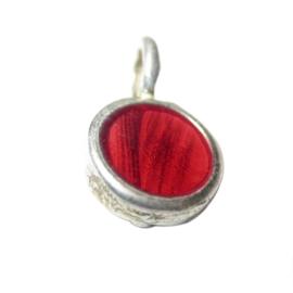 Metalen hanger gevuld met rood epoxy