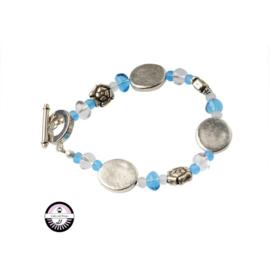 Armband met matwitte en matblauwe kralen