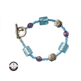 Armband met met lichtblauwe en paarse kralen