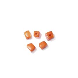 Kleine, oranje, vierkante glaskraal