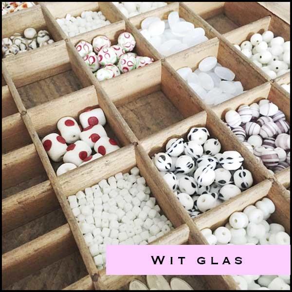 Witte en transparante glaskralen