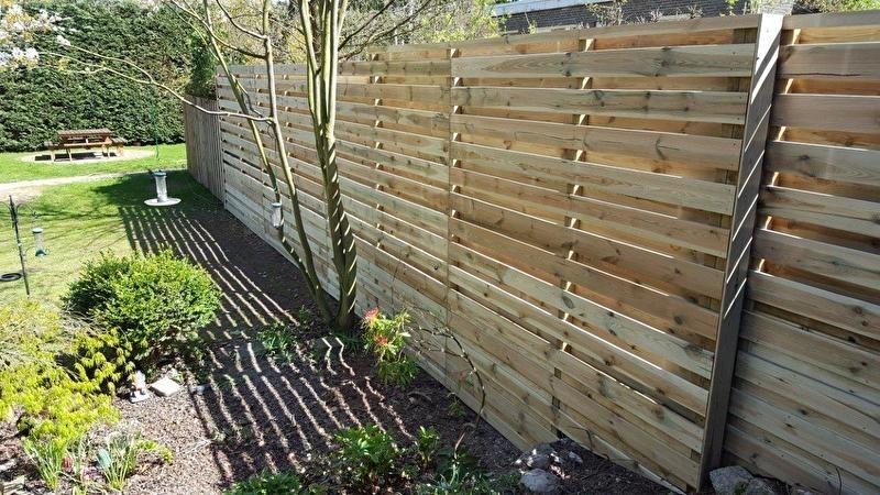 hoge schutting houten planken