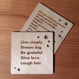 Houten kaartje met persoonlijke boodschap en afzender