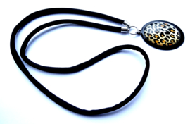 2 Love it Luipaard Black - Ketting - Elastisch koord - Hanger 30 x 40 mm - Metaal - Lood & Nickelvrij - Bruin - Wit - Zwart - Zilverkleurig