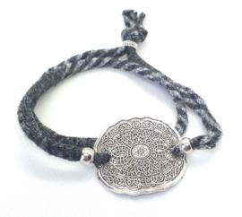 2 Love it Bella's Mandala - Armband - Gerecycled textiel - 50 CM lang - Elastisch - Grijs - Zilverkleurig