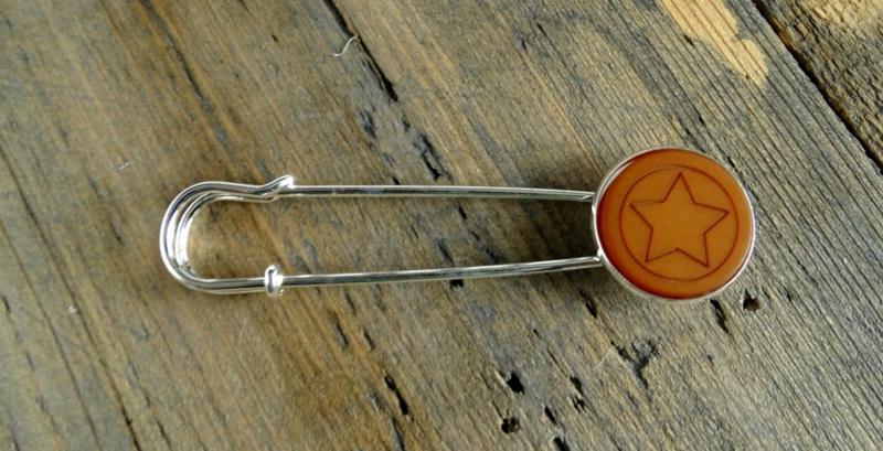 2 Love it Ster Oker - Sjaalspeld - Vestspeld - Metaal - 8 x 2 cm - Lood & Nickelvrij - Geel - Zilverkleurig