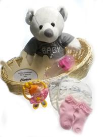 Geboorte cadeaupakket in rotan poppenwiegje