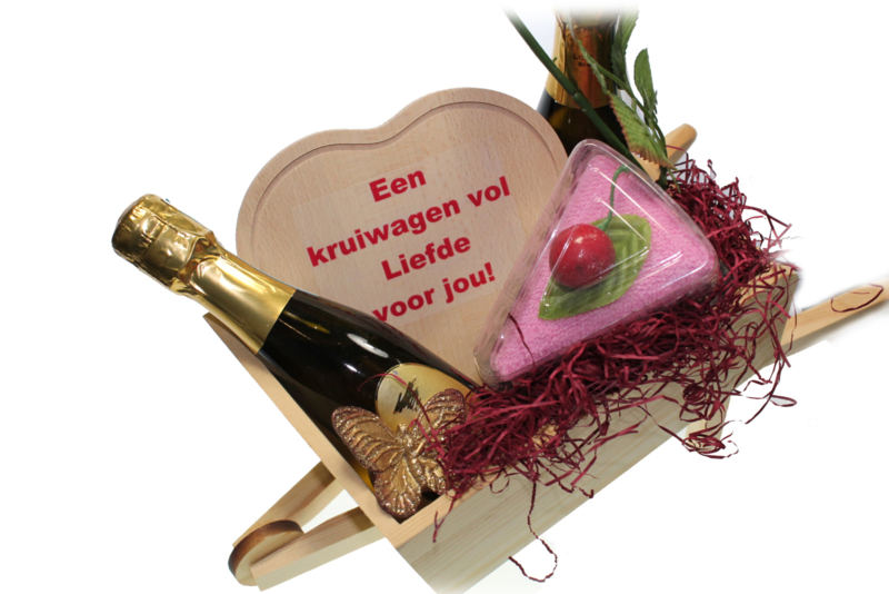 Valentijn cadeau met tekst in kruiwagen