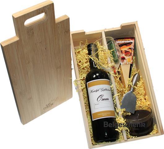 Cadeau kistje met kaasplank deksel met persoonlijk wijnetiket