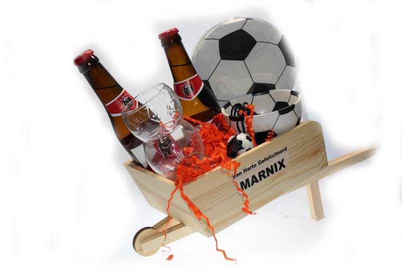 Voetbal cadeau met naam in kruiwagen