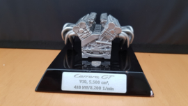 Porsche Carrera GT schaalmotor op sokkel