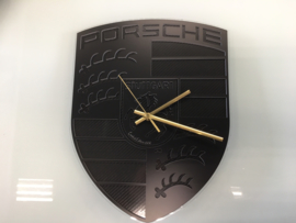 Porsche logo horloge murale 'Black on Black' avec incrustation de carbone