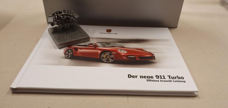 Porsche 911 997 Turbo motorblok Sculpture met VTG en Brochure