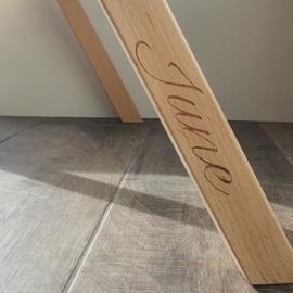 Naam graveren op houten babygym