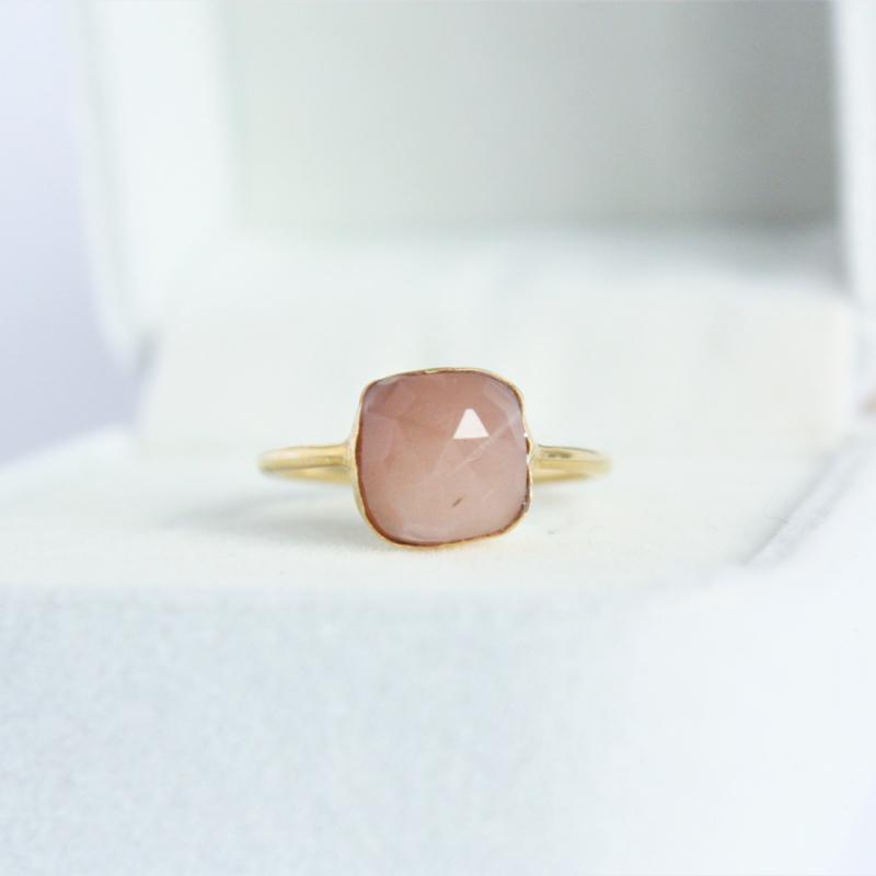 Perzik maansteen ring