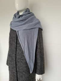 Blauw/grijze gebreide shawl.