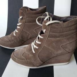 Suède schoenen met sleehak van Hot Ice. Taupe kleurig.