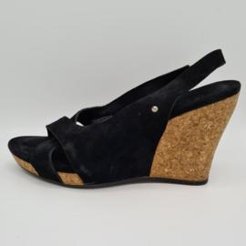 Ugg's W. Hazel sandaaltjes met sleehak. Mt. 38. Zwart/suède.