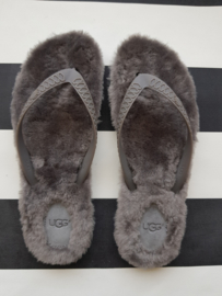 Uggs Fluffy sandalen. Mt. 41. Grijs.