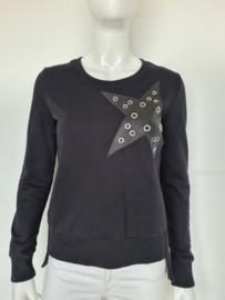 Jane Lushka sweater. Mt. M. Zwart/ster.
