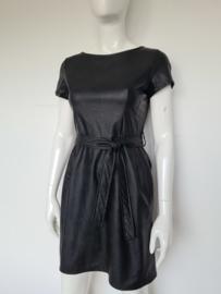 Ambika jurk. Mt. S. Zwart/imitatieleer.