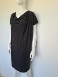 Elsewhere jurk met watervalhals. Mt. M. Zwart.