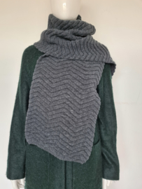 Basic Apparel shawl. Donkergrijs.