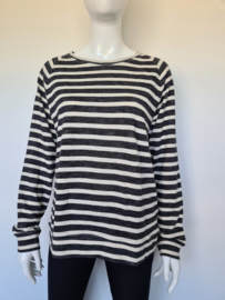 Basic Apparel sweater. Mt. L. Grijs/wit gestreept.