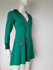 Tante Betsy jurk. Mt. M. Groen/roze.