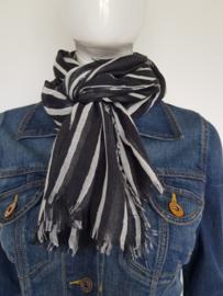 Yaya shawl. Langwerpig model. Zwart/grijstinten.