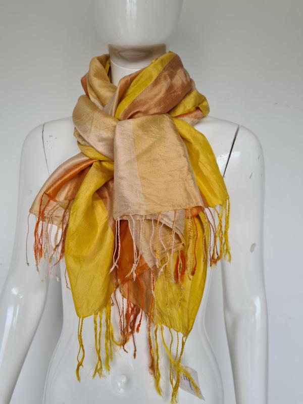 Zijden shawl. Langwerpig model. Geel/oranje/crème gestreept.
