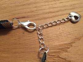 Metalen/leren armband met ketting er aan
