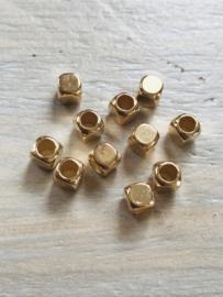 Gouden blokjes 6x6mm 10 stuks