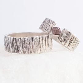 Ring met structuur en ruwe diamant