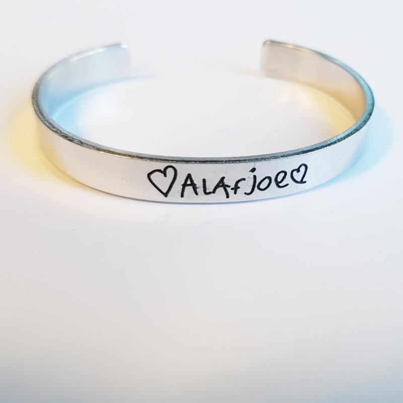 Aluminium armband handgeschreven tekst, 8mm breed