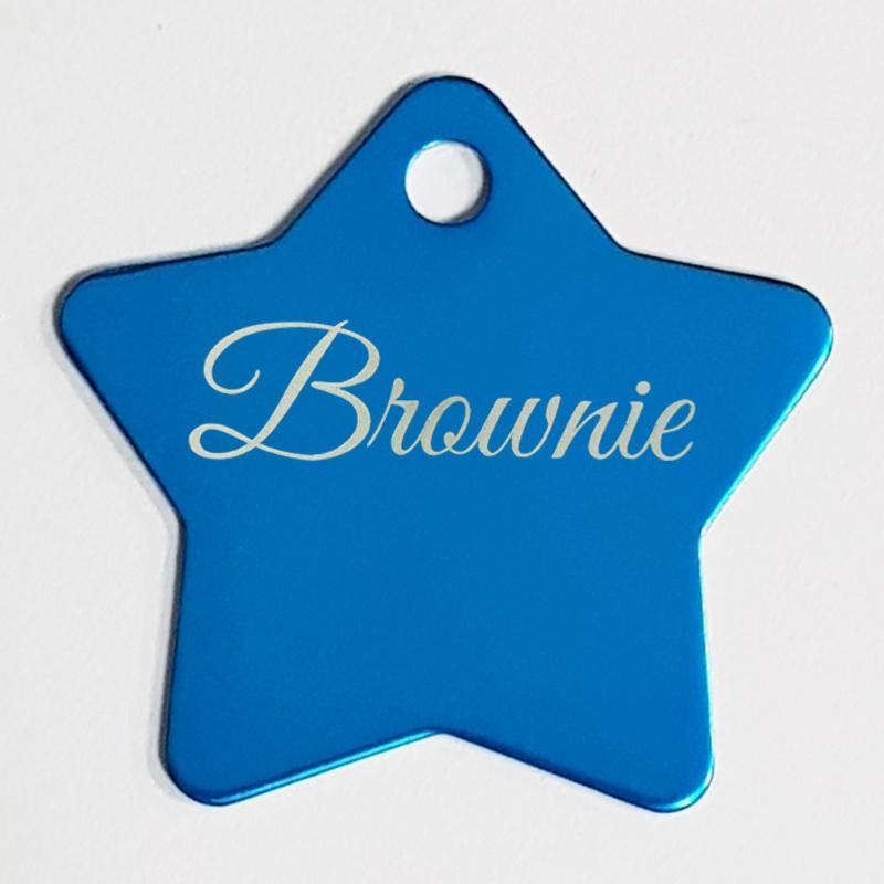 Naamplaatje hond, vorm ster. Sierlijk lettertype