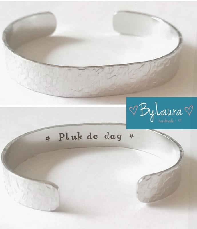 Tekstarmband aluminium - Tekst binnenkant textuur buitenkant