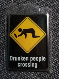 """Metaalplaatje """"Drunken people crossing"""" 8 x 11 cm"""